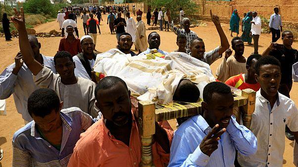 تجمع صدها سودانی معترض در کرانه رود نیل در اعتراض به قتل ۳ مرد جوان