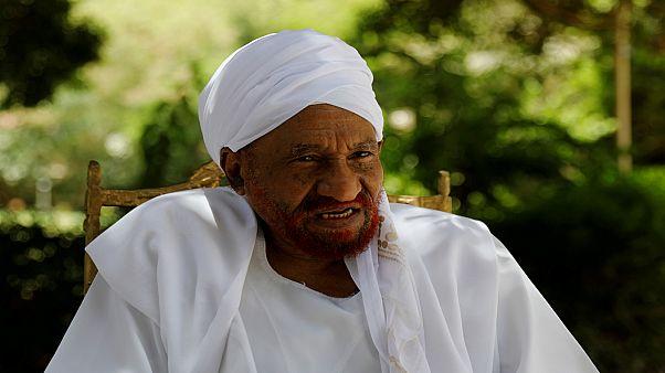 زعيم المعارضة السودانية الصادق المهدي في صورة من خلال مقابلة مع رويترز في الخرطوم يوم 25 أبريل نيسان 2019. تصوير: أوميت بكطاش - رويترز