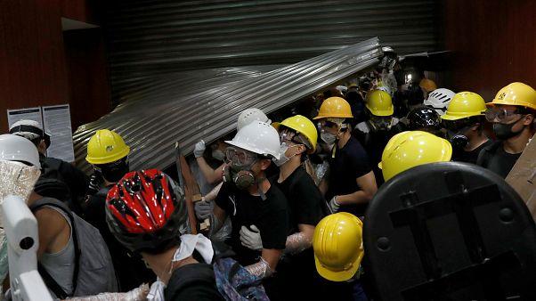 Los manifestantes invaden el Consejo legislativo de Hong Kong