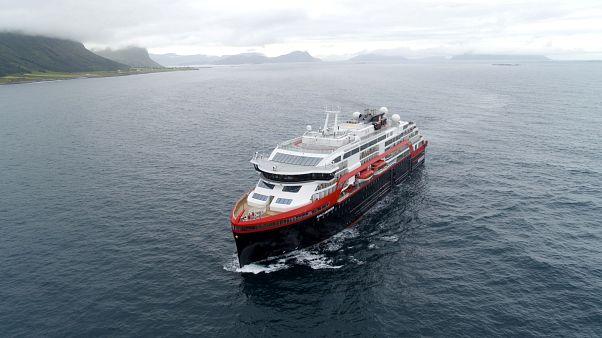Dünyanın elektrikli bataryaya sahip ilk hibrit yolcu gemisi Norveç'ten yola çıktı