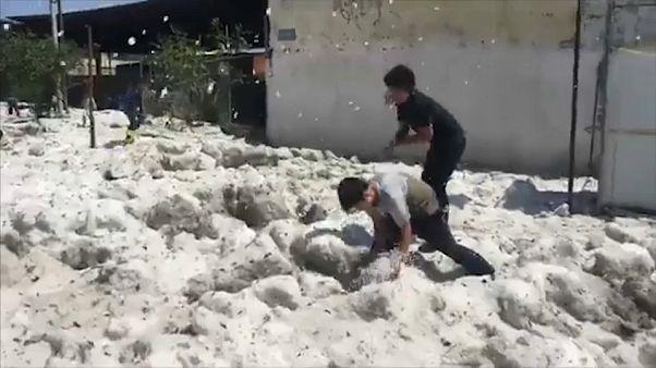 شاهد: برد وثلج في يوم من أيام الصيف الحارة في المكسيك
