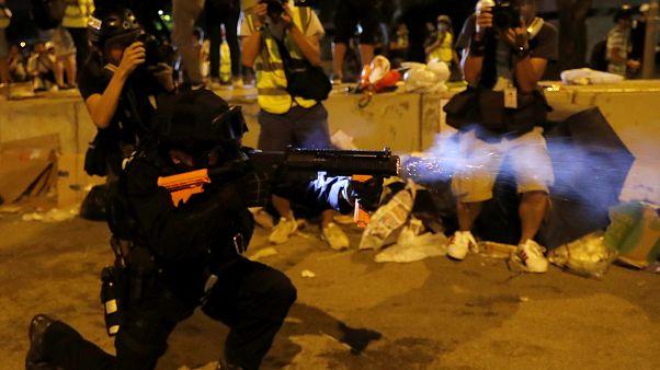 Hong Kong polisi göstericilere müdahale etti