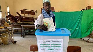 مقترع يدلي بصوته في العاصمة نواكشوط