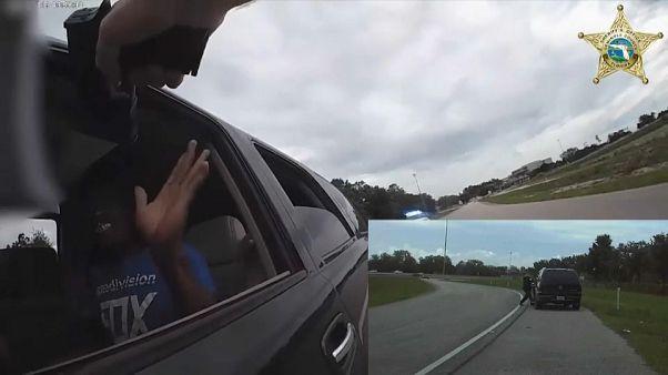 شاهد: سائق يأبى التوقف ويجر شرطيا أمريكيا بسيارته عشرات الأمتار