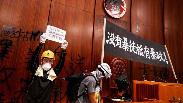 معترضان هنگ کنگی در پارلمان محلی