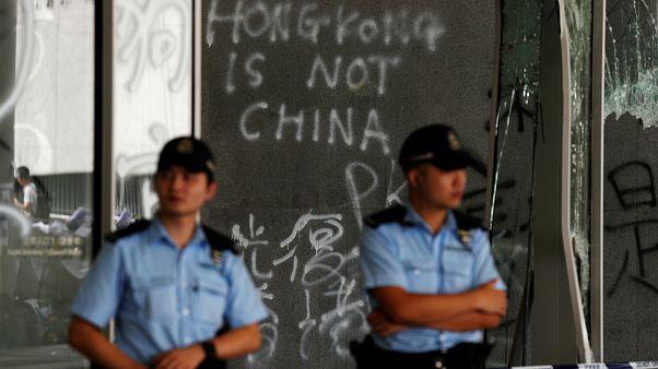 Hong Kong lideri meclisi basan göstericileri kınadı, polis parlamentonun kontrolünü geri aldı