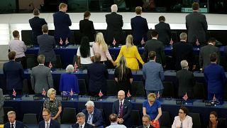 Legislatura do PE começa com protesto de costas voltadas