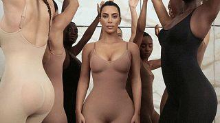"""بسبب اعتراض ياباني .. كيم كاردشيان تعلن موقفا جديدا بشأن ملابس """"كيمونو"""" الداخلية"""