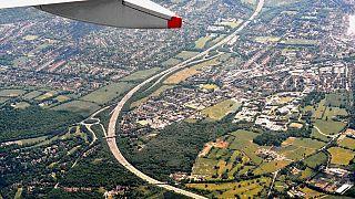 مسافر قاچاق از محفظه چرخهای هواپیما به حیاط خانهای در لندن سقوط کرد