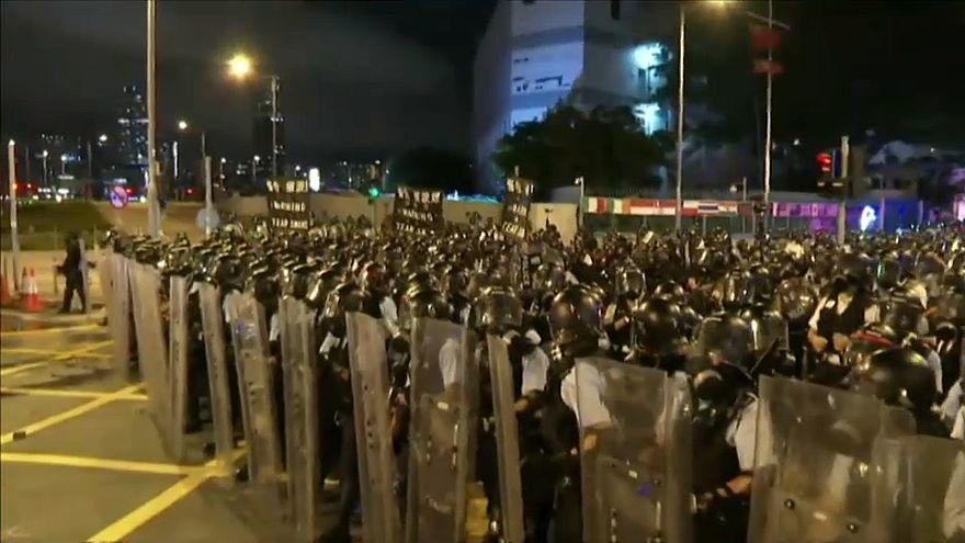 شاهد:  متظاهرون يقتحمون برلمان هونغ كونغ ويشتبكون مع الشرطة