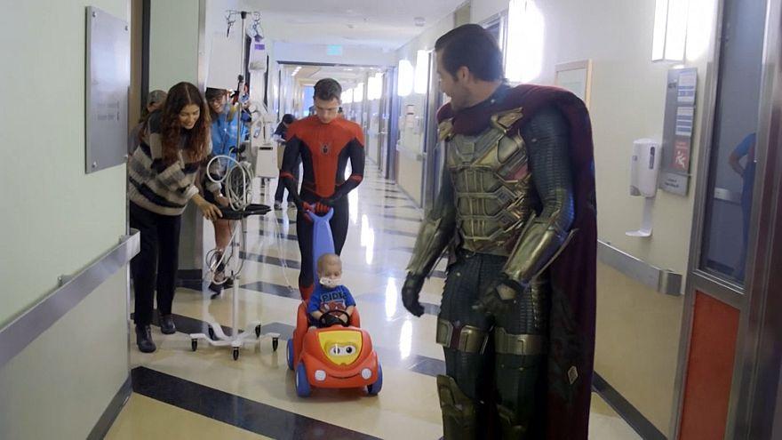 جیک گیلنهال ملبس به سوپرمن در بیمارستان کودکان