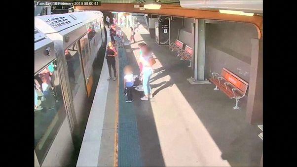 شاهد: طفل صغير يسقط تحت عجلات قطار