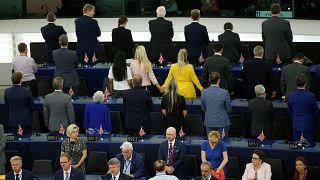 Strasburgo, milkshake gigante per Farage e protesta Brexit Party durante l'inno Ue