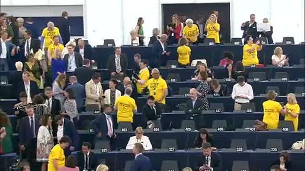 Freund und Feind von Brexit zeigen Flagge im EU-Parlament