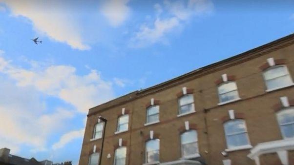 Uçağın iniş takımlarına saklanan kaçak yolcu Londra'da bir evin bahçesine düştü