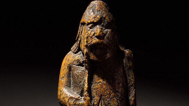 الحجر مصنوع من العاج ويعتقد أنه صنع في القرن الثاني عشر في النرويج