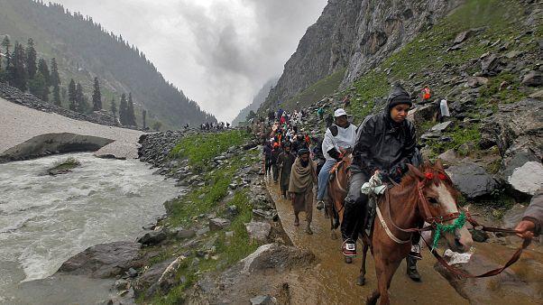 حجاج هندوس يسافرون لأداء مناسك الحج إلى كهف مقدس في سريناجار