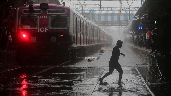 مياه الأمطار تغمر محطة قطارات في مدينة مومباي في الهند - رويترز