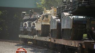 قطار ينقل دبابات استعداداً للعرض العسكري احتفالاً بعيد الاستقلال