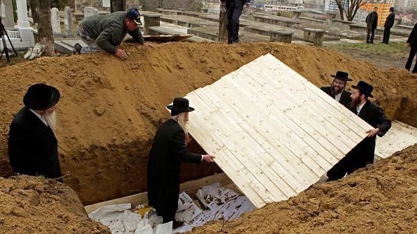 حاخامات من الولايات المتحدة وإنجلترا يحضرون لدفن رفات عشرات اليهود في لاسي الرومانية
