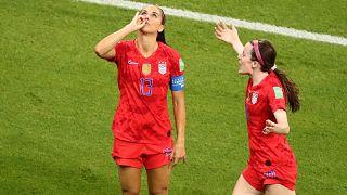 Alex Morgan festeggia il gol mimando il gesto di prendere un buon thè (inglese).