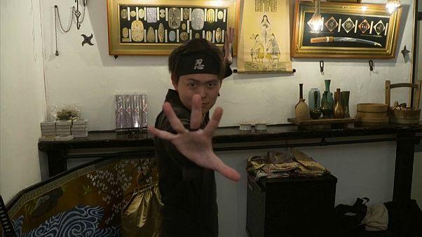 شاهد: مقهى ياباني يسمح لرواده بالعيش تجربة مقاتل النينجا