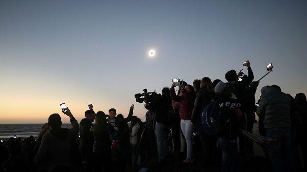 Güneş tutulması: Şili'ye akın eden turistler gökyüzündeki tarihi ana tanıklık etti