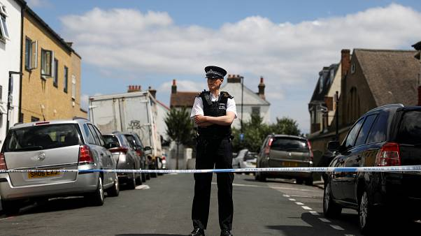 ضابط شرطة يقف في الشارع بموقع جريمة وقعت بمنطقة ثورنتون هيث في لندن