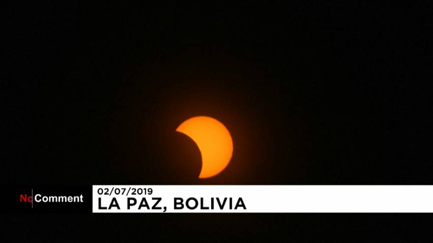 شاهد: البوليفيون يصطفون لرؤية لمحات من الكسوف الشمسي