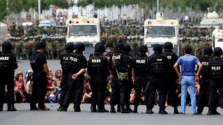 Doğu Türkistan'ın başkenti Urumçi'de Çinli güvenik güçlerince çembere alınan Uygur kadınlar ve çocukları