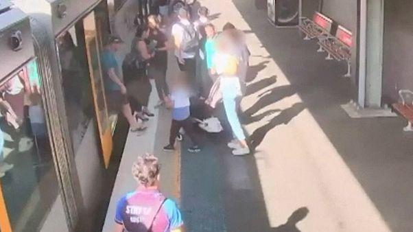 Tren ve platform arasına düşen çocuk yolcular tarafından kurtarıldı