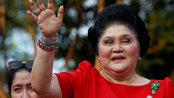 إميلدا ماركوس سيدة الفلبين الأولى السابقة تحيي مؤيديها بالعاصمة مانيلا. أكتوبر 2015