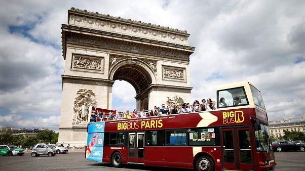 إحدى حافلات نقل السياح في باريس