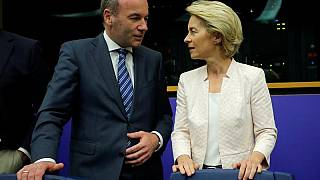 """La candidata a presidir la Comisión Europea, Ursula von der Leyen, y el anterior candidato, """"spitzekandidate"""", de los populares europeos, Manfred Weber"""
