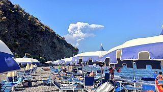 Ενεργοποιήθηκε το ηφαίστειο στο νησί Στρόμπολι - Τουρίστες ρίχτηκαν στη θάλασσα
