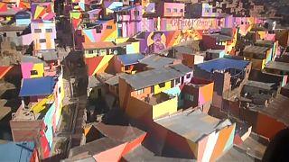 شاهد: الألوان والجداريات تجلب البهجة في أحد الأحياء الفقيرة في عاصمة بوليفيا