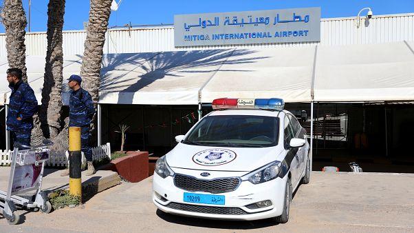 سيارة شرطة متوقفة في مطار معيتيقة الدولي يوم 8 أبريل نيسان 2019