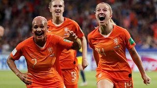 Jackie Groenen festeggia il gol insieme a Shanice van de Sanden e Vivianne Miedema.