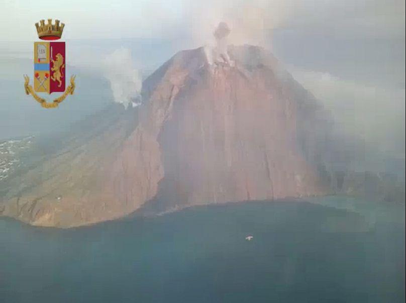 Vista aerea dell'eruzione da un elicottero dlla polizia Stromboli, Italy July 3, 2019. Polizia di Stato/Handout via REUTERS