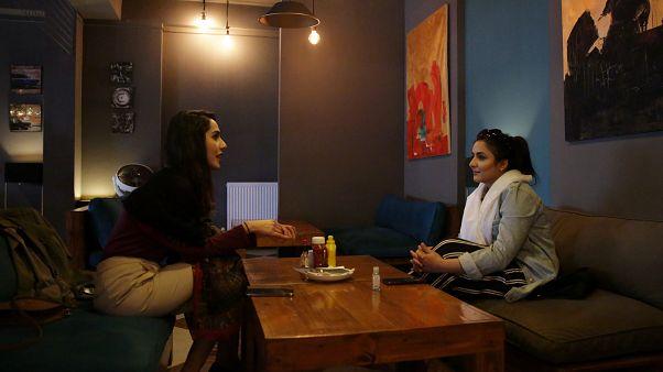 دو زن در رستورانی در کابل گفتگو میکنند