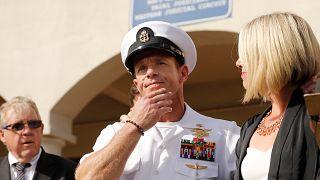 """تخفيض رتبة عسكري أمريكي ظهر في صورة مع جثة """"أسير"""" من داعش بالعراق"""