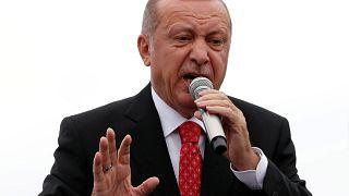 Με άνοιγμα συνόρων απειλεί ο Ερντογάν