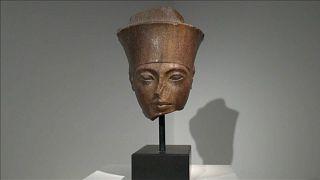 صورة لتمثال توت عنخ امون المعروض في لندن