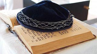 تقرير: الشباب اليهودي الأوروبي.. تمسكٌّ بالهوية ومرونةٌ في التعاطي وشعورٌ بعدم الأمان