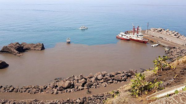 شاهد: الرماد يغطي أسطح ومياه جزيرة جينوسترا الإيطالية بعد ثوران بركان سترومبولي