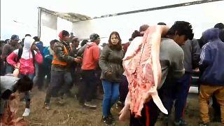 Saquean un camión cargado de carne en Argentina