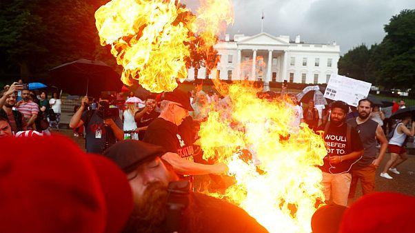 مخالفان ترامپ پرچم آمریکا را در مقابل کاخ سفید آتش زدند