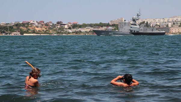 Fürdőzők a NATO és az orosz hadsereg párhuzamos hadgyakorlata idején Szevasztopolban