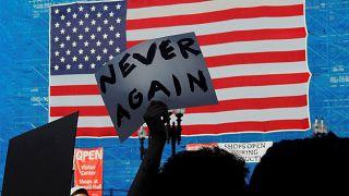 """""""Bir daha asla"""" yazılı pankart"""