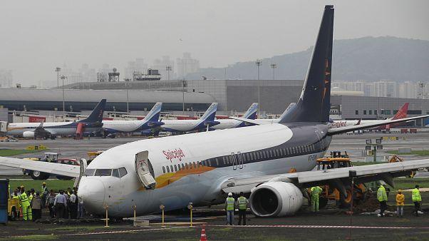 طائرة تابعة لشركة تابعة لشركة سبايس جيت للطيران تسد مهبط الطائرات في مطار مومباي بعد هطول أمطار غزيرة